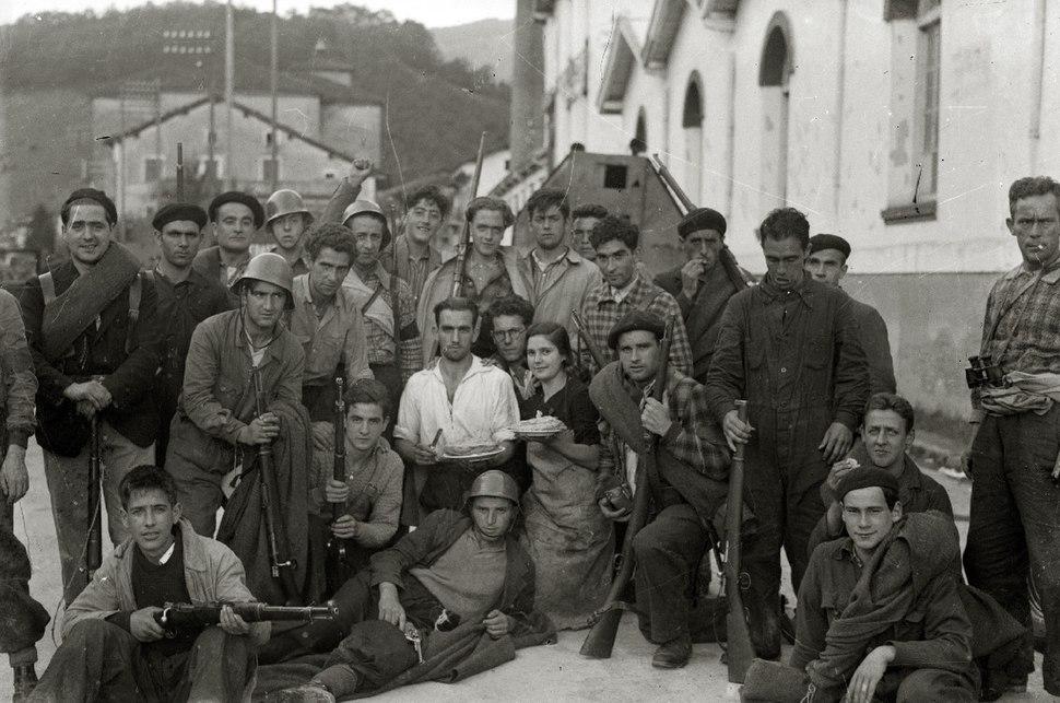 Grupos de milicianos con sus armas en la localidad de Alegia (7 de 10) - Fondo Marín-Kutxa Fototeka