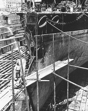 HMS Camperdown (1885) - Image: HMS Camperdown damaged bow