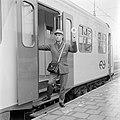 HUA-167732-Afbeelding van een conducteur tijdens het geven van het vertreksein voor een trein op het N.S.-station Utrecht C.S. te Utrecht.jpg