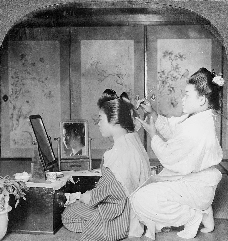 https://upload.wikimedia.org/wikipedia/commons/thumb/1/17/Hairdressing_in_Japan%2C_1905.jpg/727px-Hairdressing_in_Japan%2C_1905.jpg