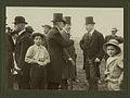 Heren met hoge hoeden, middenstanders met bolhoed en jongens met de pet op een s – F76502 – KNBLO.jpg