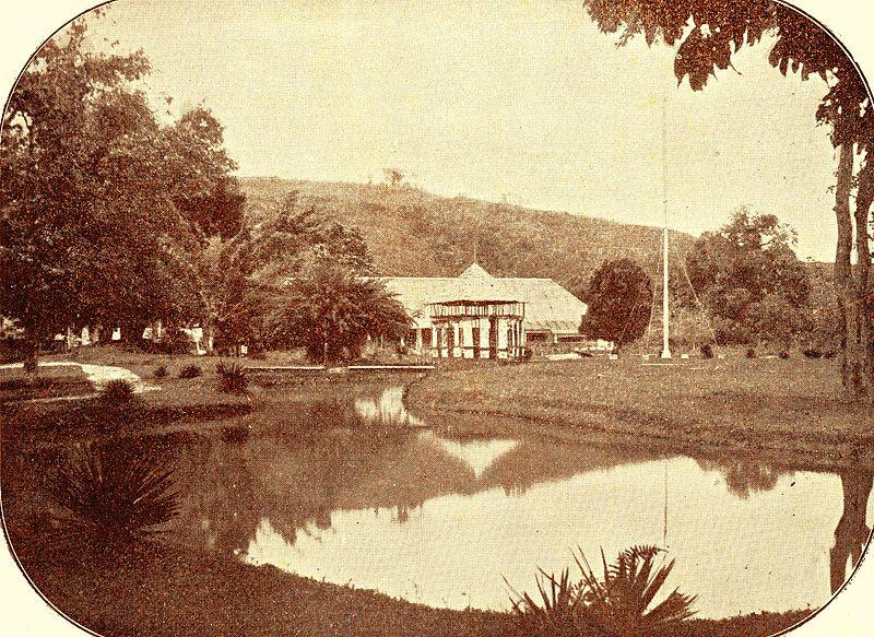 File:Het park van het residentiehuis.jpg