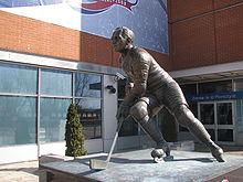 Photo couleur de la statue de Morenz à l'extérieur du Centre Bell.