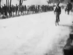 Fichier:Hyde Park Bicycling Scene 1896 Robert W Paul London Royal Park.webm