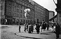 Ilmapallojen myyntiä vappuna 1934 HOK-n kulmassa, Turuntie (= Mannerheimintie 58) -Runeberginkatu 60. Kuvattu Turuntieltä. - N203925 (hkm.HKMS000005-km003u5w).jpg