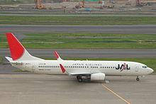 Самолет Боинг 737 на взлете, лицом вправо