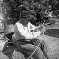 Janez Mišigoj, star 87 let, Hruševlje 12, plete dno za zej iz bake 1953.jpg