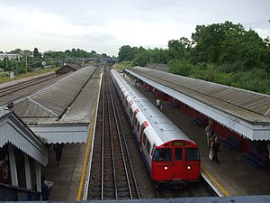 Kenton station - Image: Kenton station northbound Bakerloo line look south