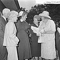 Koningin Juliana bezocht Rekkense Inrichting Hare Majesteit krijgt theemuts aang, Bestanddeelnr 917-8319.jpg