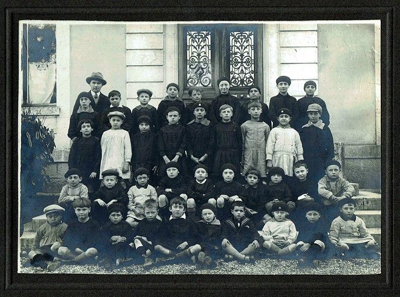 En 1929, sur les marches de l'école communale (aujourd'hui la Mairie), la classe de Monsieur Jornot (ou de M. Godet?).