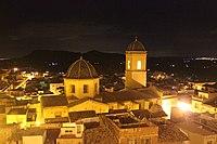 La Iglesia de San Pedro de Agost, de noche.JPG