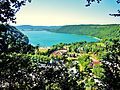 Lac de Chalain vu du belvédère du lac ou du château.jpg