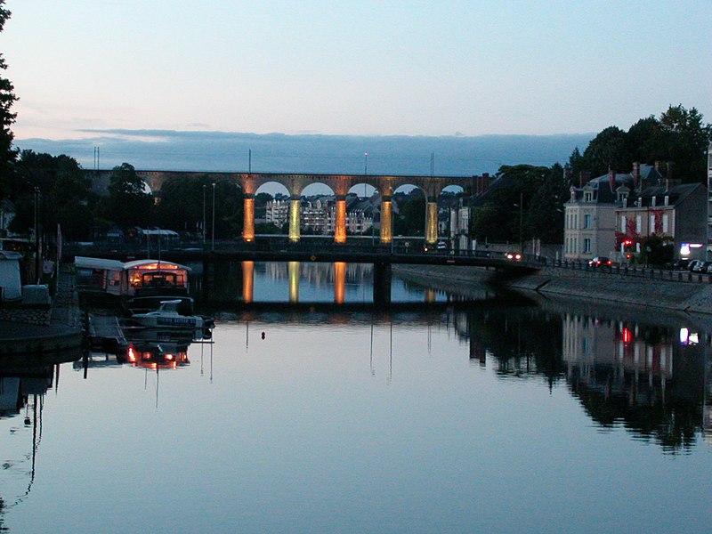 La Mayenne et le viaduc ferroviaire de Laval (Mayenne) le soir