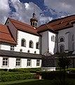 Le cloître de l'abbaye de Stams au fond le clocher de l'église paroissial - panoramio.jpg
