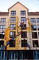 Limmerstraße 98, Hannover-Linden, 2013 mit Farbbeuteln beworfene Neubau-Fassade von Jasha Müller (STREETARTSHIT) und Architekt Asghar Jalanesh (Bauteam Management).jpg