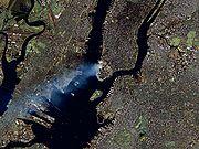 Da Manhattan, il 12 settembre 2001, si sollevava un lungo pennacchio di fumo.