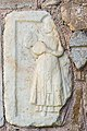 Maria Saal Karnburg Pfalzstrasse Pfarrkirche Lapidarium roem Relief Dienerin 05102015 1643.jpg