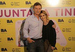Martina Stoessel insieme a Mauricio Macri durante un concerto gratuito tenuto dalla cantante