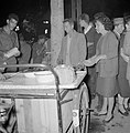 Mensen staan rondom een kar met eten, Bestanddeelnr 255-1926.jpg