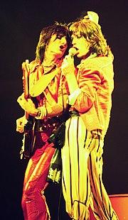 Ronnie Wood (sinistra) e Mick Jagger (destra), durante il tour americano del 1975