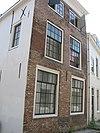 foto van Hoekhuis aan open pleintje halverwege de straat