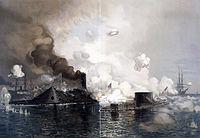 """הקרב הראשון בין אוניות מחופות שריון: ה""""וירג'יניה"""" (משמאל) מול ה""""מוניטור"""", בשנת 1862 בקרב המפטון רודס"""