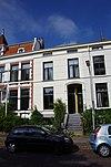 Neoclassicistisch huis met stoep. Vormt een geheel met het buurnummer 11 a