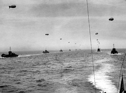 Formazione di mezzi da sbarco statunitensi con al traino i palloni frenati nella Manica