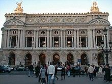 Расположена во дворце Гарнье (Palais Garnier) в IX округе Парижа, в конце Оперного проспекта (avenue de l'Opéra)...