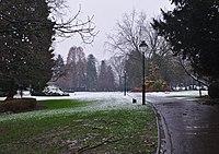 Parc Seny an einem verschneiten Tag, Einfahrt von der Rue Charles Lemaire (Auderghem, Belgien) - grass.jpg