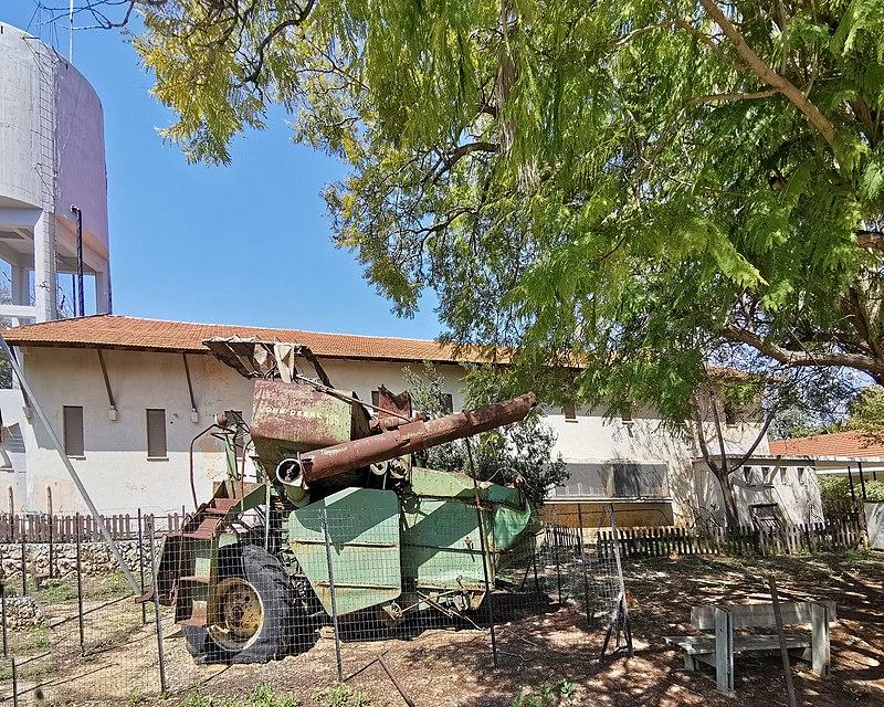 """כלי חקלאי ישן בכפר אז""""ר"""