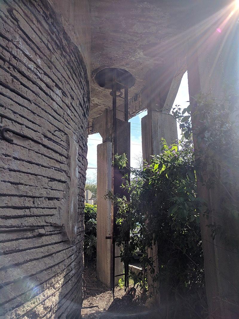 מתחת לקשתות מגדל המים בבאר טוביה