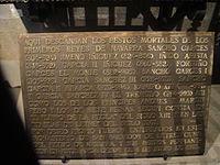 Placa con los nombres de los monarcas sepultados en el monasterio de San Salvador de Leyre.JPG