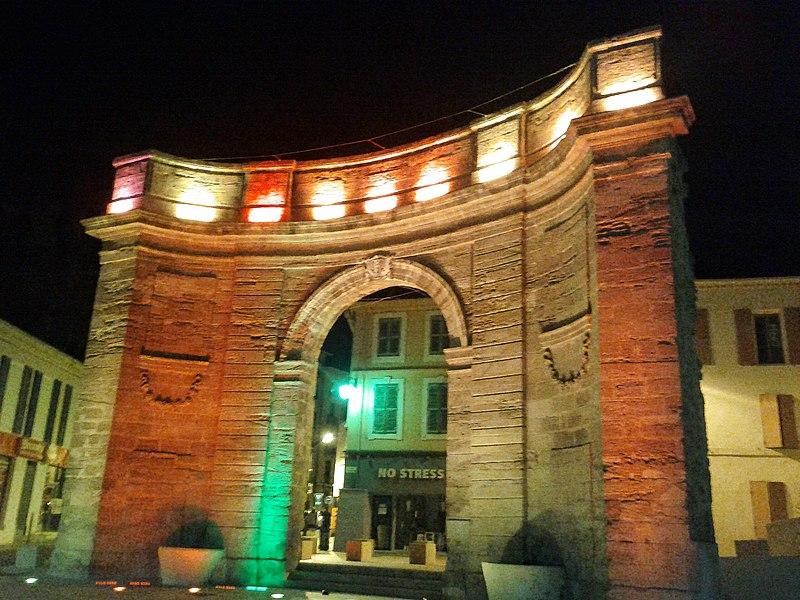 La porte d'Arles de nuit.