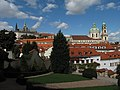 Pražský hrad a kostel sv. Mikuláše z Vrtbovské zahrady.JPG