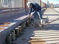 para comprobar que el hormign colocado en obra tiene la resistencia requerida se rellenan con el mismo hormign unos moldes cilndricos y se