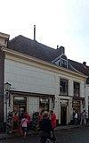 foto van Huis met monumentaal hoog schilddak, aan de achterzijde met puntgevel