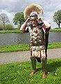 Romeinse officier zet helm op 2 Levende gesch Corbvlo fotoCThun.jpg
