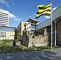 Ruïne tussen moderne architectuur (stadskantoor) - met wapperende vlag van de gemeente Schiedam - Schiedam - 20536472 - RCE.jpg