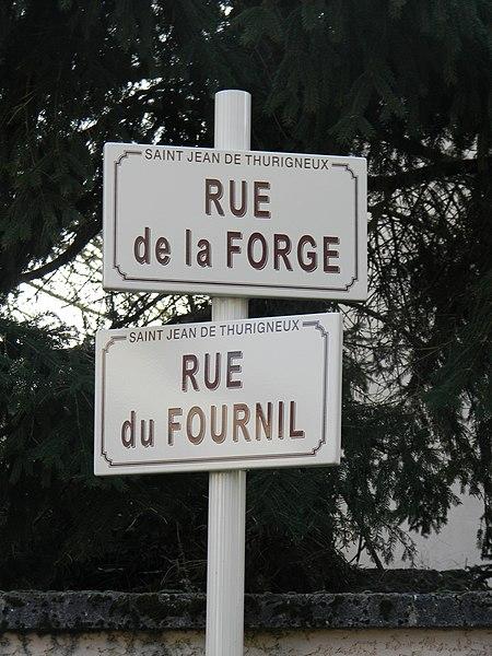 Les rues de la forge et du fournil à Saint-Jean-de-Thurigneux.