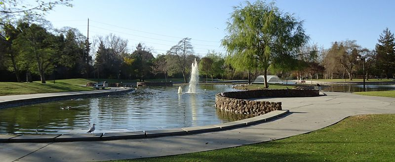 File:Santa Clara city park with fountain.jpg