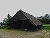 Houten schaapskooi onder rieten dak