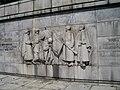 Sculture che circondano il monumento.JPG