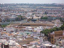 La Real Maestranza vista desde la Giralda (al fondo, el Aljarafe).