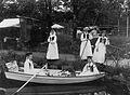 Skansens vårfest 1893. Fiskdamm, kvinnor i roddbåt - Nordiska Museet - NMA.0041253.jpg