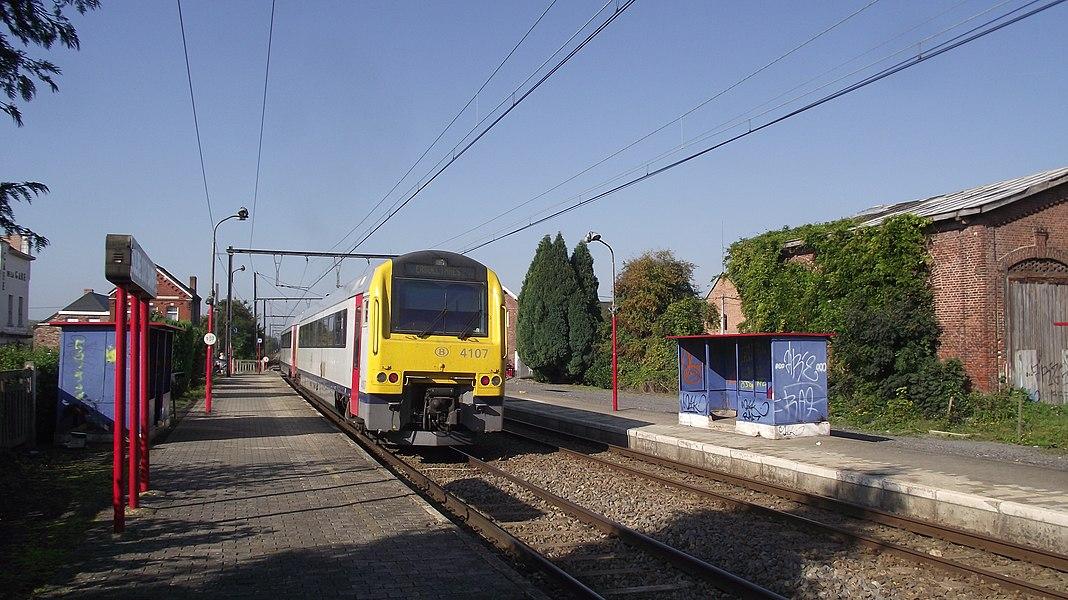 Dieseltreinstel in Solre-sur-Sambre halte. Hoewel de lijn volledig is geëlektrificeerd worden sommige ritten met dieseltreinstellen gereden.