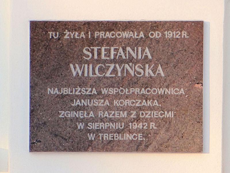 https://upload.wikimedia.org/wikipedia/commons/thumb/1/17/Stefania_Wilczy%C5%84ska_commemorative_plaque_at_6_Jaktorowska_Street_in_Warsaw_-_01.jpg/800px-Stefania_Wilczy%C5%84ska_commemorative_plaque_at_6_Jaktorowska_Street_in_Warsaw_-_01.jpg
