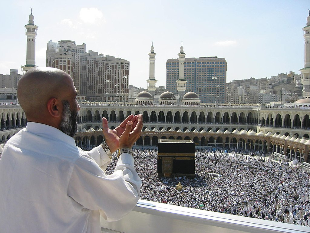 Al-Masjid Al-Ḥarām (Masjid Suci) di Mekah. Kabah di depan jemaah haji.