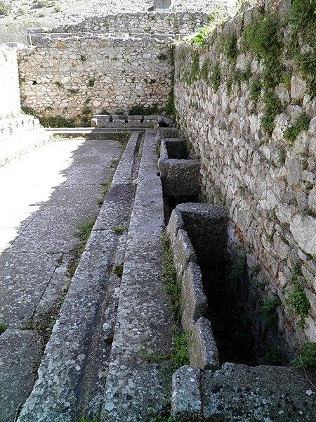 File:The Public lavatories (latrine) of the palaestra, Philippi (7272651982).jpg