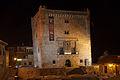 Torre del Infantado de noche.jpg